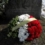 I fiori deposti davanti al cippo che ricorda Carlo Celestini