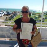 Lia Gay mostra la pergamena con la motivazione del premio al defunto marito (FILEminimizer)